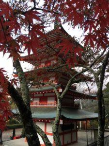 忠霊塔と紅葉