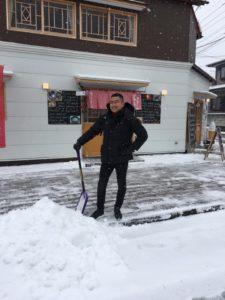 雪かきをしています。